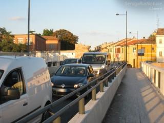 Caos, auto, code, traffico e smog sul ponte Portone a Senigallia