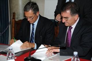 L'assessore Luigi Viventi e Pasquale Ubaldi, Presidente della Federazione Ordine degli Ingegneri Marche,siglano l'accordo per la formazione di tecnici anti sisma