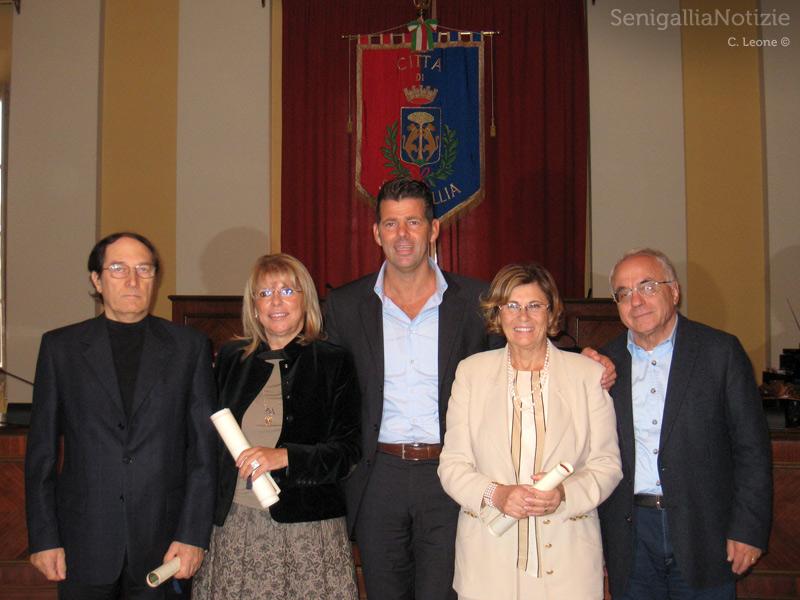 Il saluto agli ex presidi Paolo Lanari, Angela Leone, Daniela Dobrilla. Al centro il Sindaco Maurizio Mangialardi, a destra il portavoce Mario Cavallari
