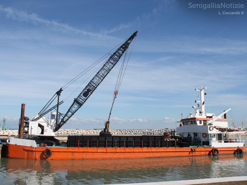 L'imbarcazione per il dragaggio del porto di Senigallia. Foto di Lorenzo Ceccarelli per Senigallianotizie.it