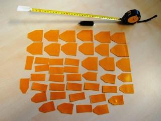 Foto del metro e dei pezzi di nastro biadesivo sequestrati dalla polizia
