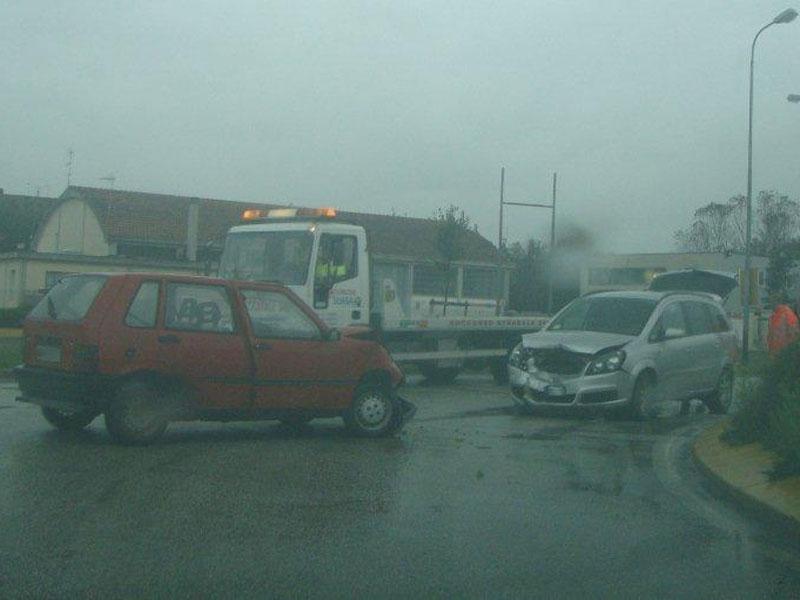 Incidente frontale tra due auto al Maestrale