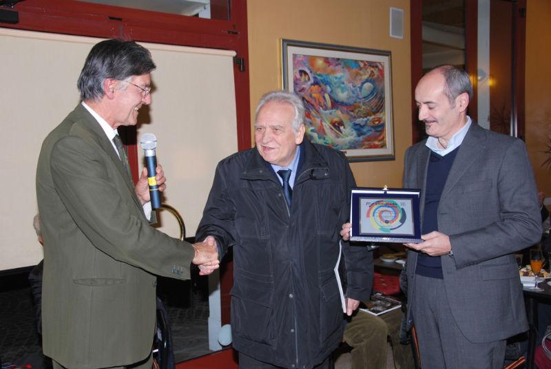La premiazione del prof. Bugatti da parte dell'associazione Primo Piano