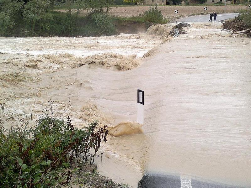 Il fiume Cesano ha allagato il ponte a Corinaldo, causandone la chiusura