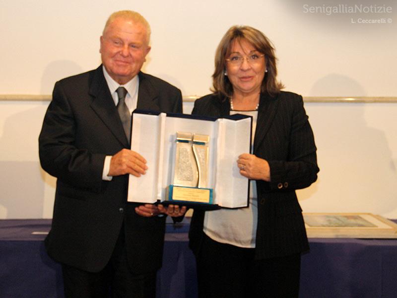 Il premio Due Valli consegnato dalla presidente della Provincia di Ancona Patrizia Casagrande