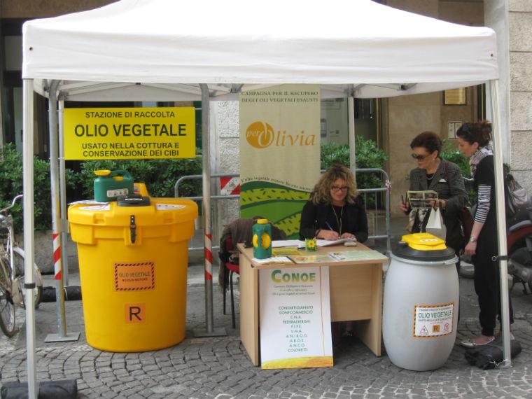 Uno stand per la raccolta di oli esausti
