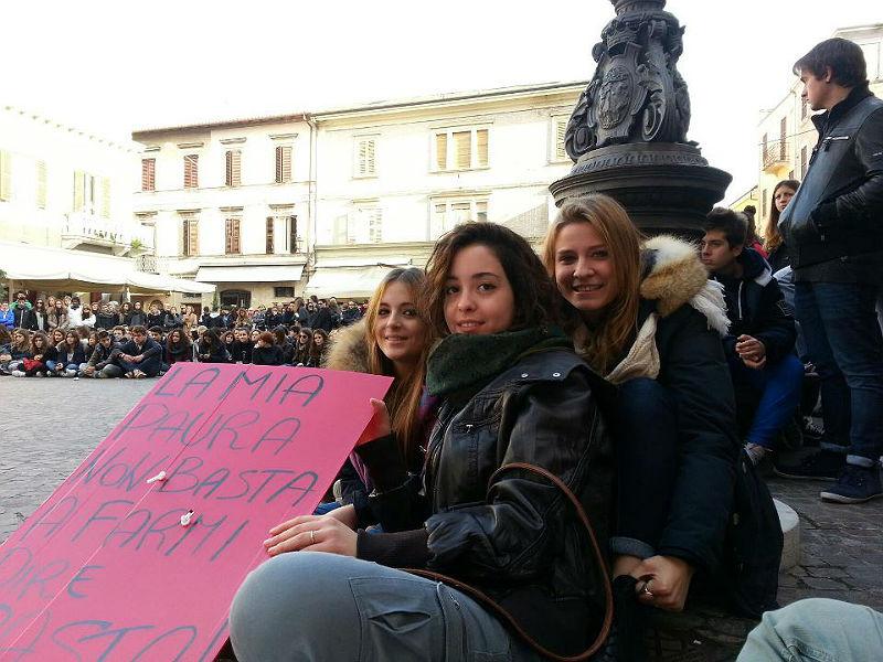Studenti protestano in piazza Roma, a Senigallia, contro i tagli alla scuola pubblica