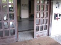 L'ingresso del palazzo: vetri infranti e scritte sui muri