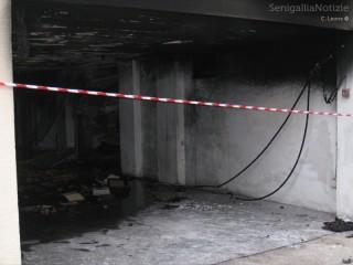 L'incendio sviluppatosi dopo l'esplosione ha completamente annerito i garage