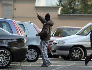 Un parcheggiatore abusivo all'opera