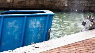 Il momento dell'impatto del peschereccio contro la banchina