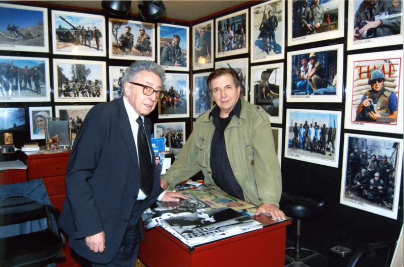Giorgio Pegoli e Charles Henri Favrod nello studio del fotoreporter senigalliese
