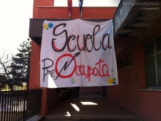 Il manifesto che campeggia all'esterno della scuola