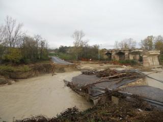 Il guado sul fiume Cesano crollato a fianco del vecchio ponte crollato un anno prima