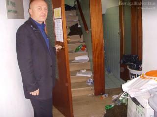 Maurizio Andreolini, CISL, mostra i rifiuti lasciati da Precari United