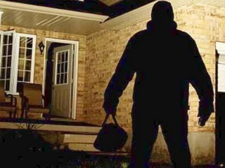 Ladro in azione di notte
