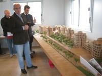 """Pietro Lanari e Maurizio Mangialardi di fronte al plastico del """"Borgo Le Torri"""""""