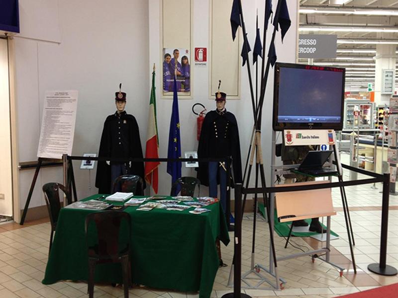 Lo stand del Comando marchigiano dell'Esercito Italiano all'Ipercoop di Senigallia