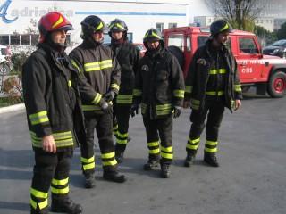 I vigili del fuoco intervenuti in via dei Gerani a Senigallia