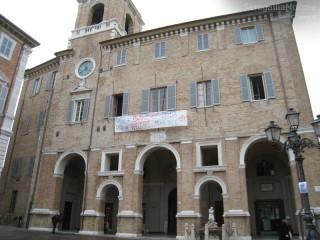 Striscione appeso al Municipio di Senigallia per il welfare comunale
