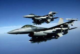 Due caccia F16 in formazione