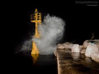 La mareggiata al porto di Senigallia tra l'11 e il 12 febbraio 2013. Foto di Francesco Buontempi