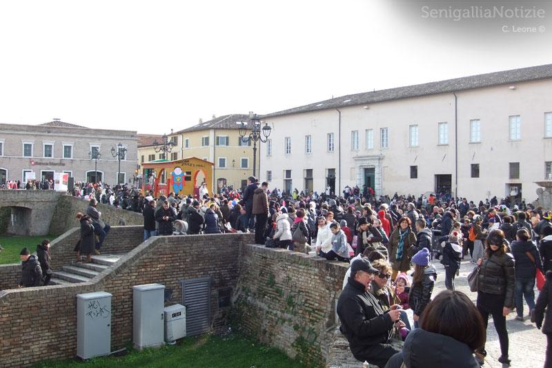 Il Carnevale 2013 a Senigallia: folla in piazza del Duca per la sfilata dei carri