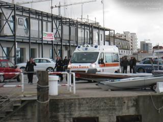 Operazioni di salvataggio di una persona al porto di Senigallia