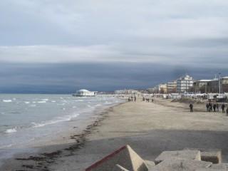 Persone a passeggio sulla spiaggia di Senigallia