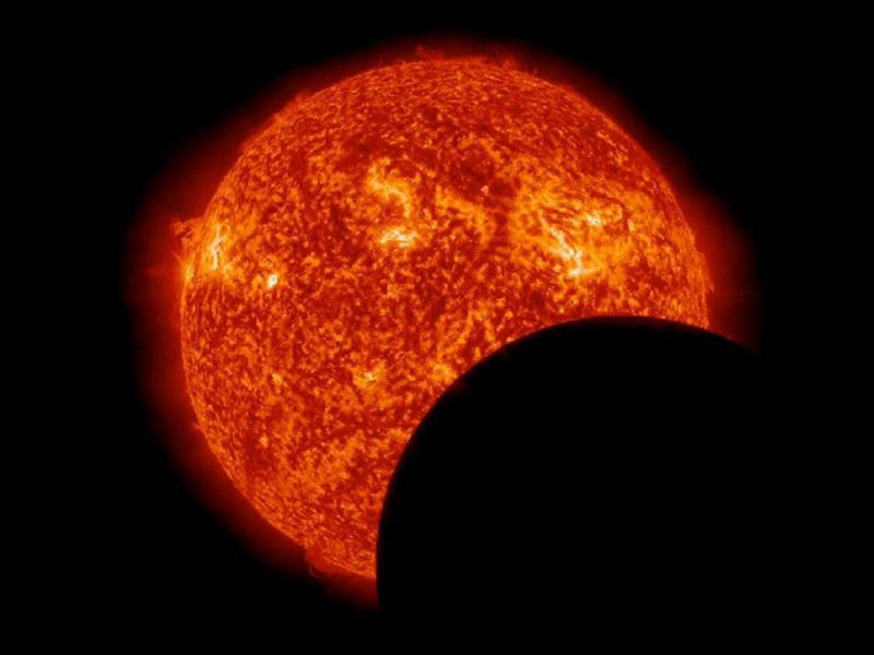 Eclissi parziale di sole dovuta al transito della luna. Photo: Nasa Solar Dynamics Observatory (SDO)