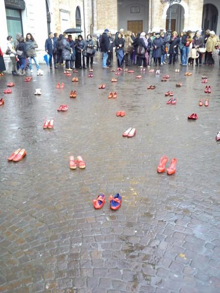 Senigallia, scarpe rosse contro la violenza sulle donne - Foto tratta da Facebook