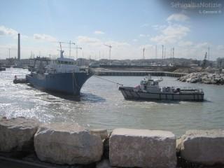Sgombero ex-Navalmeccanico: l'ultimo scafo si incaglia sul fondale di Senigallia