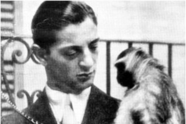 Renato Cesarini con una scimmia, assieme alla quale più volte girava ai tempi della Juventus