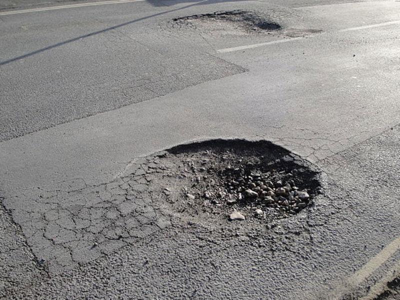 Una buca in una strada