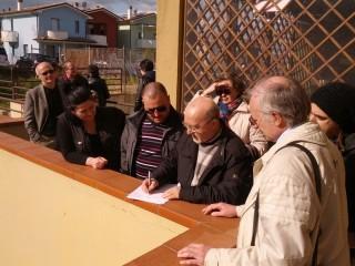 Picchetto degli attivisti di Arvultùra e Squola per bloccare uno fratto a Monterado