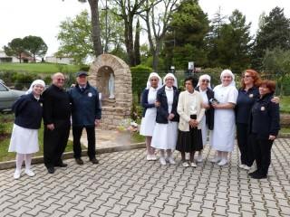 Il gruppo corinaldese dell'Unitalsi e Ornella Mori di fronte all'edicola Madonna di Lourdes