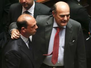 L'abbraccio tra Angelino Alfano e Pierluigi Bersani dopo l'elezione di Giorgio Napolitano a (nuovo) presidente della Repubblica