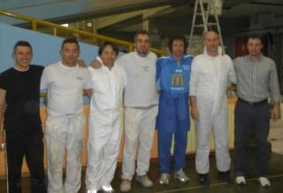 I sette genitori che hanno tinteggiato le pareti della scuola primaria alla Cesanella