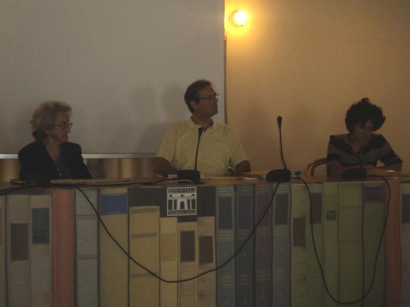 """Laura Viezzoli (a destra) presenta il documentario """"La natura delle cose"""""""