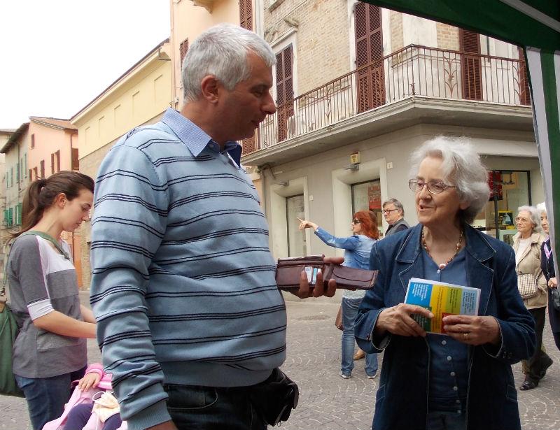 Mina Welby in Piazza Roma per la raccolta firme