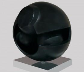 Una scultura sferica opera di Alfio Castelli
