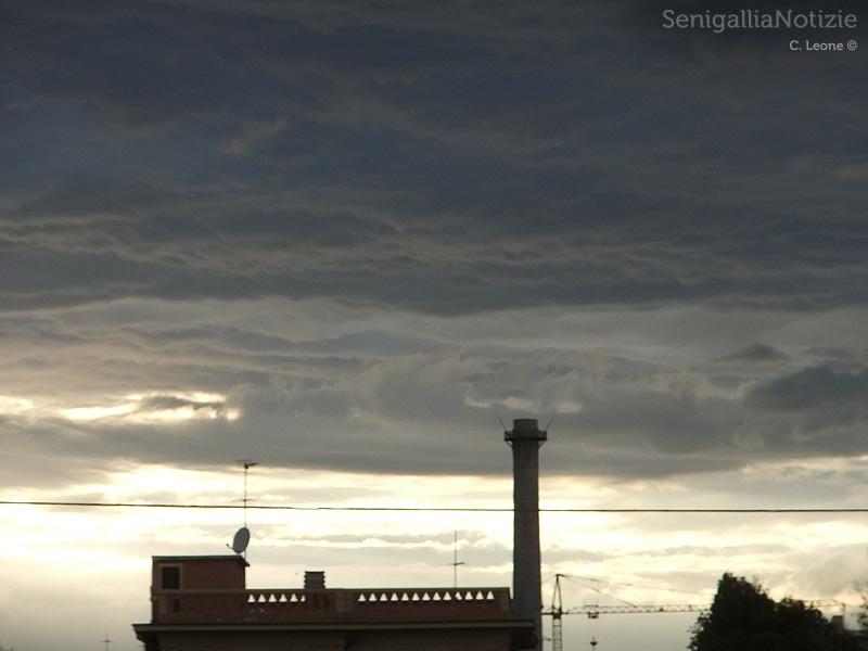 Maltempo a Senigallia, sullo sfondo la ciminiera della ex Sacelit-Italcementi