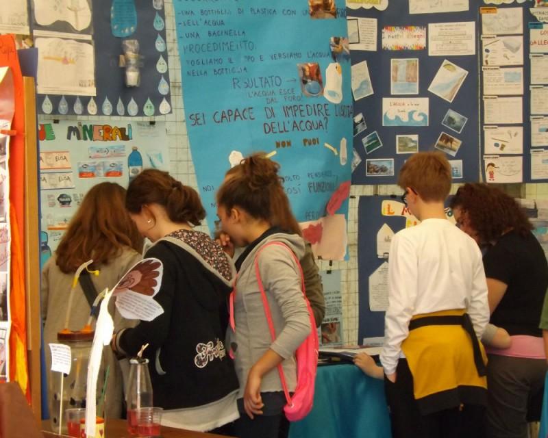 Visitatori alla mostra degli alunni dell'Istituto Comprensivo di Corinaldo sugli elementi naturali a fosforo, la festa della scienza