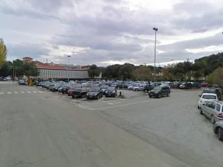 Il parcheggio di via Quintino Sella, stretto tra l'ex Hotel Marche, i giardini Morandi e la stazione ferroviaria FS