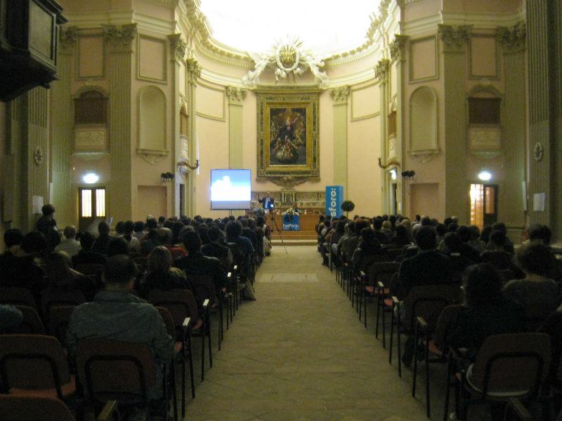 Il pubblico alla chiesa dei Cancelli per ascoltare Paolo Attivissimo, ospite di fosforo, la festa della scienza