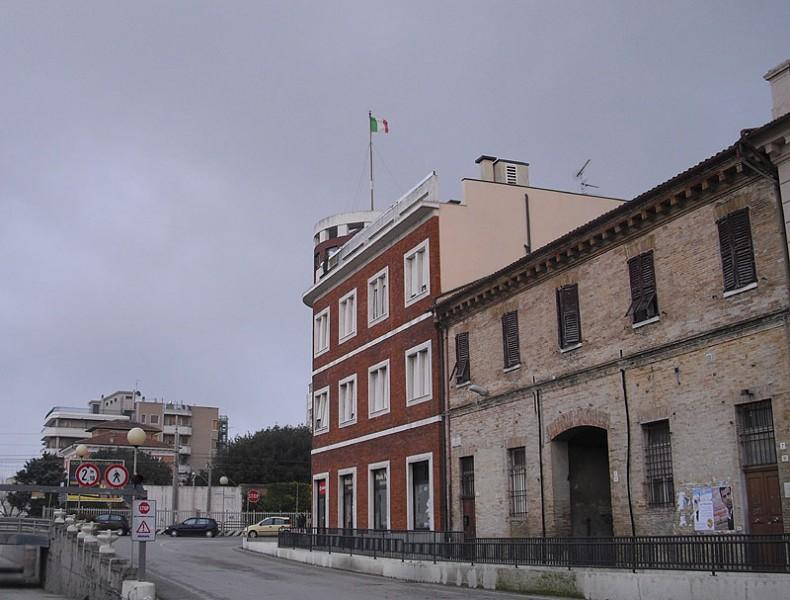 Il Tricolore esposto sopra l'ex hotel Columbia, a Senigallia, tra via Perilli e viale Bonopera