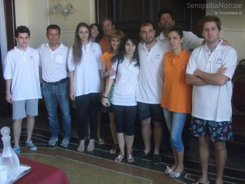 """I protagonisti dell'operazione """"Muri Puliti"""": comune e associazione Sena Nova"""