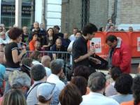 Prova della giacca di Giovanni Soldini su uno spettatore