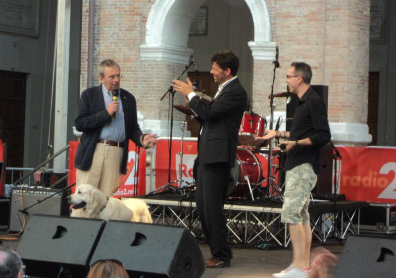 Massimo Cirri e Filippo Solibello col sindaco Maurizio Mangialardi sul palco
