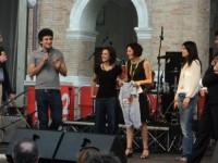 """Paolo Maggioni elenca al pubblico gli oggetti raccolti per l'asta di """"Libera"""""""